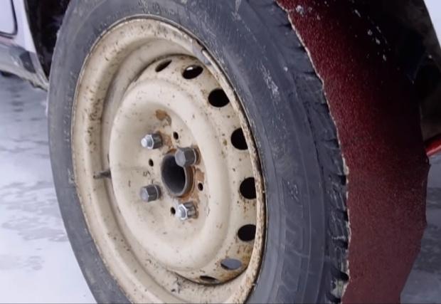 Фото №1 - Мужики приклеили на покрышки автомобиля наждачку вместо шипов (видео)