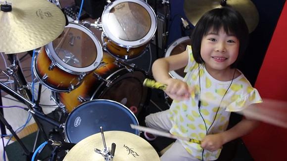 Фото №1 - Эта 9-летняя барабанщица порвала Интернет! (ВИДЕО)