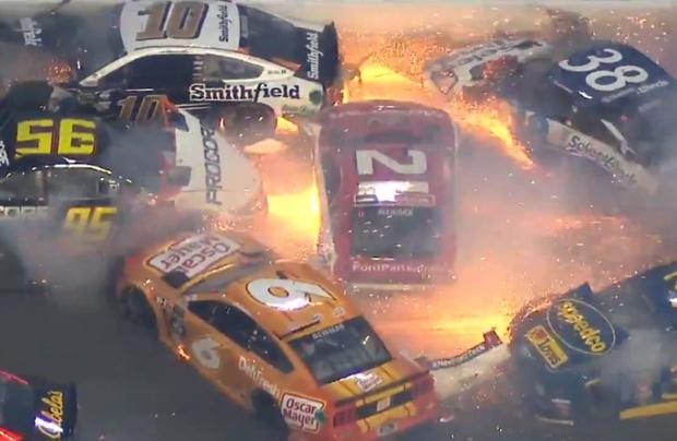 Фото №1 - Эпичнейшее столкновение двадцати болидов на гонке NASCAR (видео)