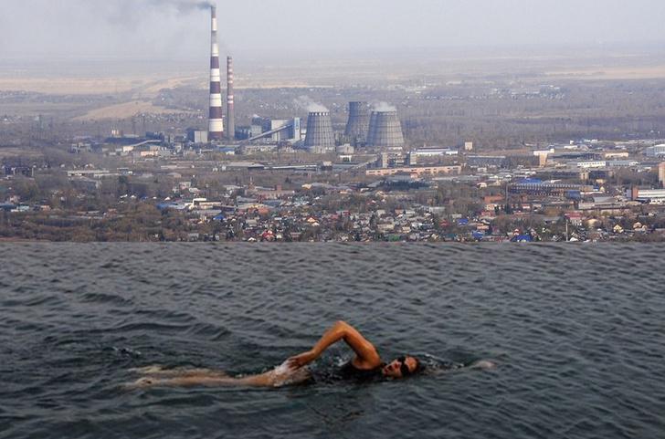 Фото №1 - Новый смешной фотофлешмоб — открытые бассейны с видом на суровую российскую реальность (и не только)