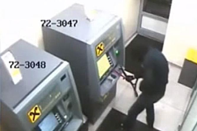 Фото №1 - Антилайфхак: как не надо вскрывать банкоматы