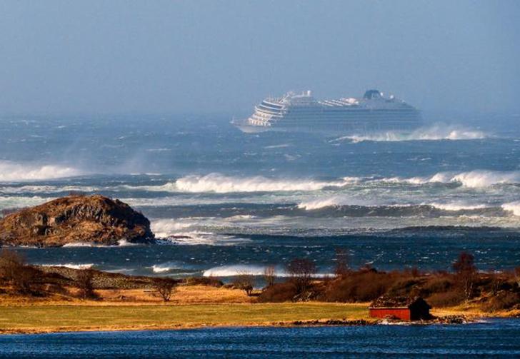 Фото №1 - Что происходит на круизном лайнере в дикий шторм (укачивающие видео)