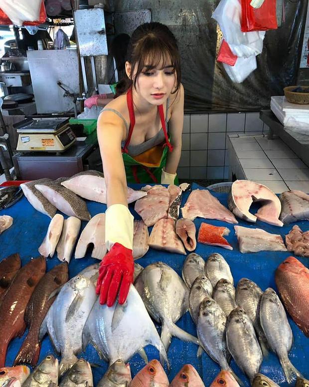 Фото №3 - Пользователи нашли «самую красивую продавщицу рыбы» (фото и видео прилагаем). Но с ней все оказалось не так просто