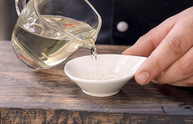 Влей в саке вино