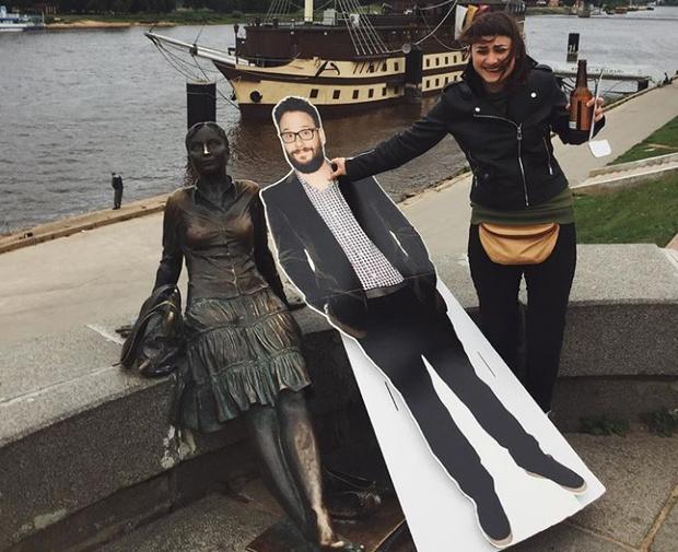 Фото №1 - Русская девушка везде ходила с картонным Сетом Рогеном — и живой актер наконец это заметил!