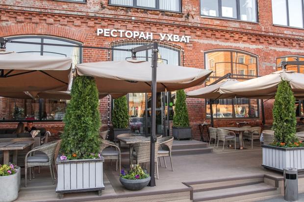 Фото №1 - Ресторан UHVAT открыл летнюю веранду и дополнил ее новым меню