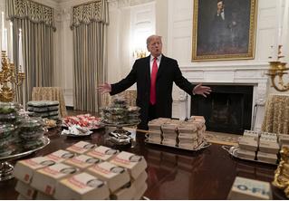 Дональд Трамп накормил спортсменов фастфудом и стал героем фотожаб