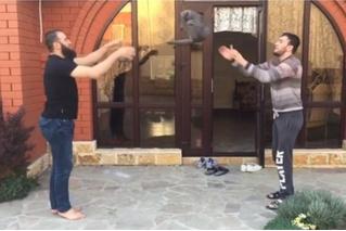 Чеченские бойцы перебрасываются котом (глубокомысленное ВИДЕО). Кот в шоке, Интернет в гневе!