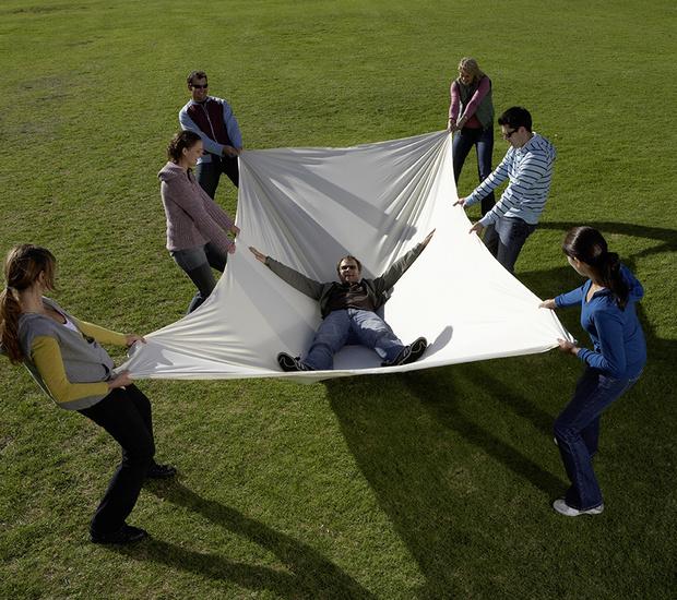 Фото №2 - Как поймать падающего человека на простыню