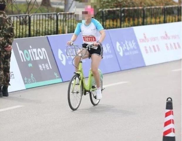 Фото №2 - В Китае участницу марафона пожизненно отстранили от соревнований за использование в пути велосипеда