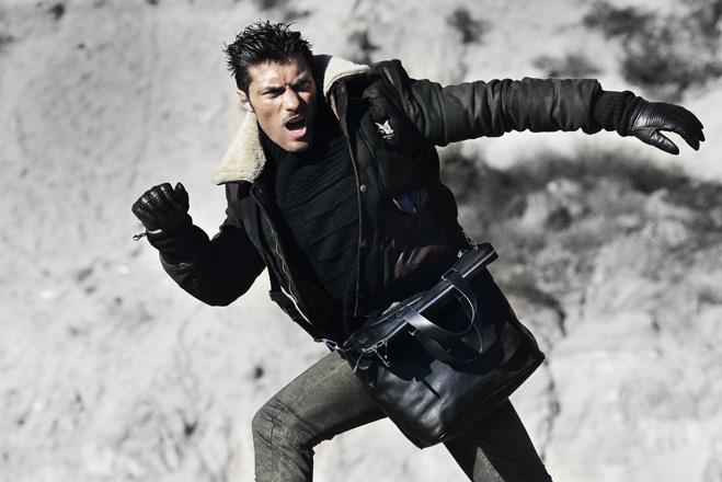 Куртка Chevignon, свитер Hugo, джинсы Patrizia Pepe,  сумка Dior Homme, ботинки Santoni,  перчатки Replay