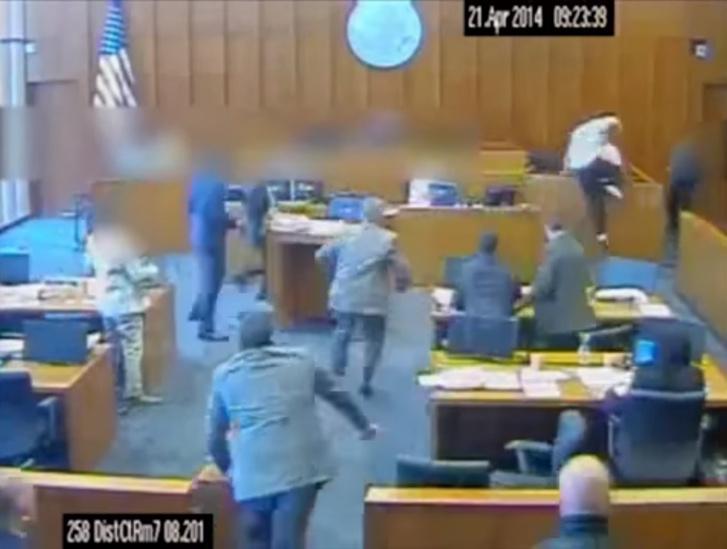 Фото №1 - Подсудимый нападает на свидетеля прямо в зале суда — и в него стреляют! Динамичное ВИДЕО