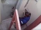 Пьяный обыватель Балашихи устроил эпичную схватку из дверью во подъезде (ВИДЕО)