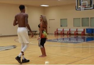 Защитник клуба НБА и его девушка-модель играют в баскетбол на раздевание (видео)