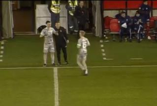 Футболист получил травму, выходя на замену (трагикомичное видео)