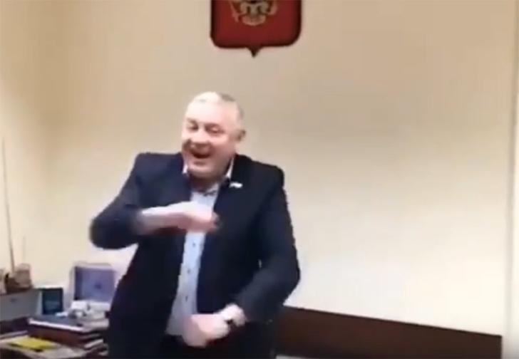 Фото №1 - Московские чиновники сняли свою версию клипа «Скибиди» (вырвиглазное видео)
