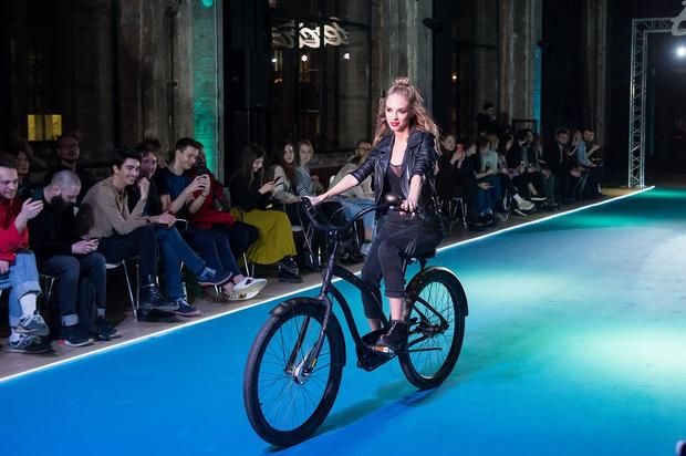 Фото №10 - Подиум для велосипедов: модный показ Electra по случаю 25-летия бренда