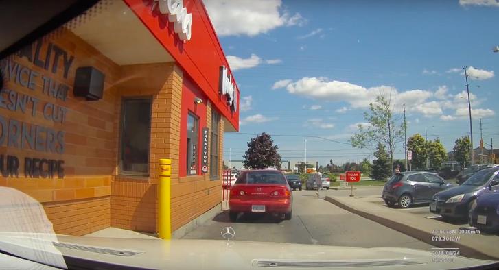 Фото №1 - Владелец Mercedes сдал машину на сервис с включенным видеорегистратором (грустное ВИДЕО)