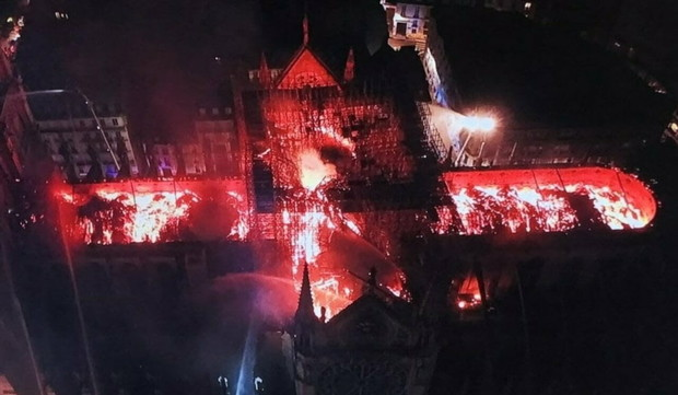 Фото №1 - Как горел Собор парижской Богоматери (фото очевидцев)