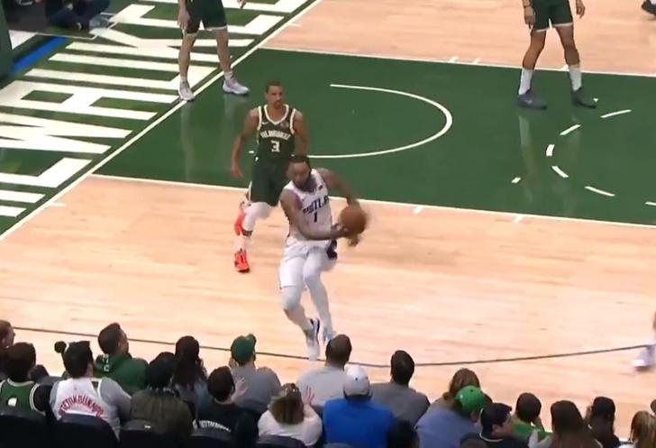 Фото №1 - Баскетболист попал в неловкое положение, но не растерялся и с юмором выкрутился (видео)