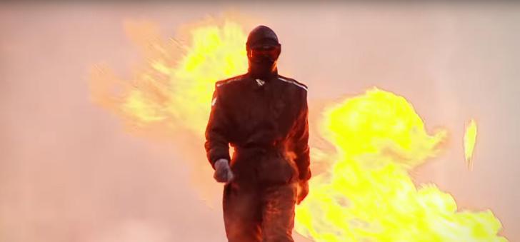 Фото №1 - Бесстрашная девушка прошлась по минному полю во взрывоупорном костюме (ВИДЕО)