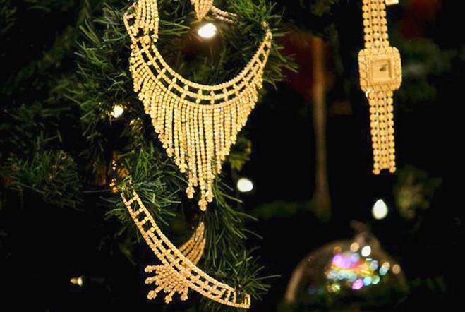 Новогоднее дерево с самым дорогим украшением