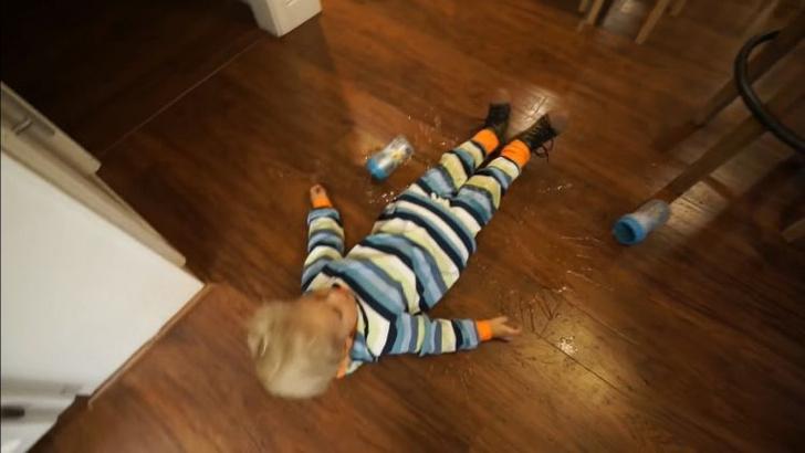 Фото №3 - Ребенок терпит неудачи одну за другой в попытках налить сок (ВИДЕО)