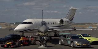 Невероятный заезд: мотоцикл, Tesla или истребитель (видео)