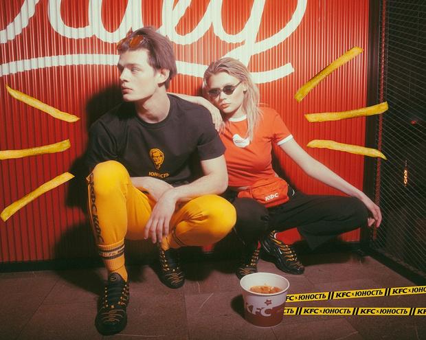 Фото №2 - Фастфут и мода объединились в коллаборации KFCх«Юность»