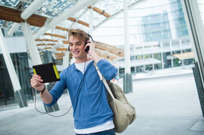 Студент читает PocketBook