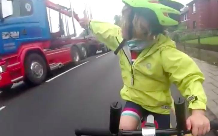 Фото №1 - Уроки дорожного этикета от пятилетней девочки покорили Интернет (ВИДЕО)