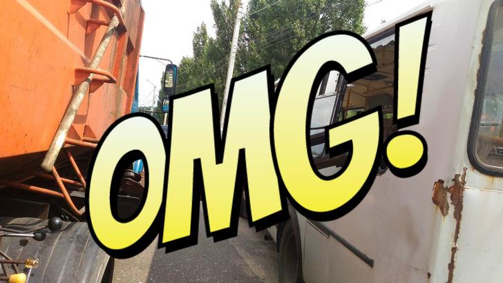 Фото №1 - Мусоровоз уронил ковш на маршрутку и проломил голову пассажирке! (ФОТО и ВИДЕО очевидца)