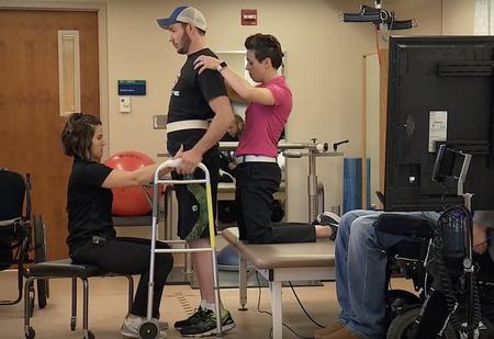 У врачей Mayo Clinic получилось поставить на ноги парализованного (видео)