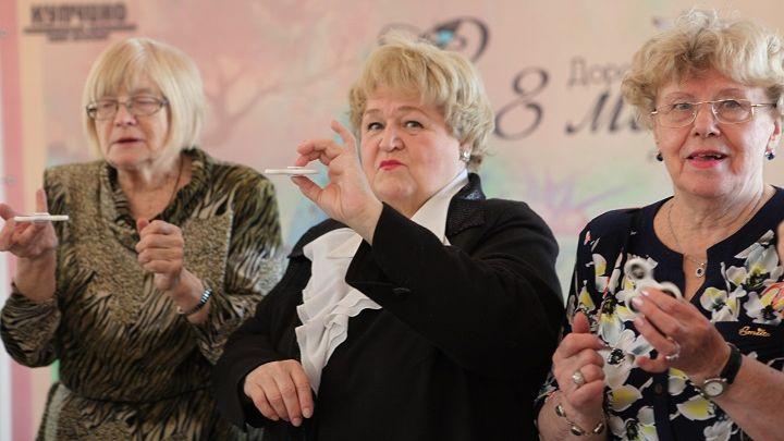 Фото №1 - Петербургские депутаты поздравили пенсионерок с 8 Марта и подарили им спиннеры