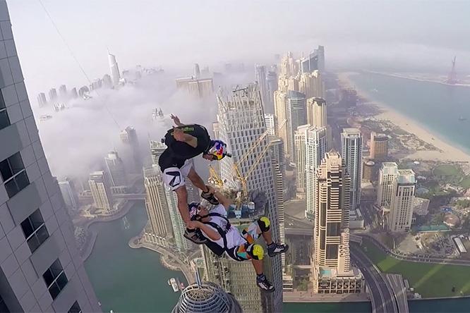 Фото №1 - Назло акрофобам: эпичное видео прыжков со второго по высоте жилого здания мира