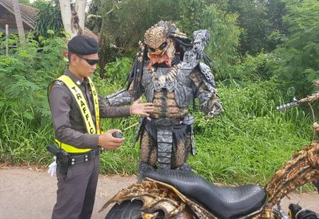 Таиландская полиция остановила Хищника на мотоцикле (ВИДЕО)
