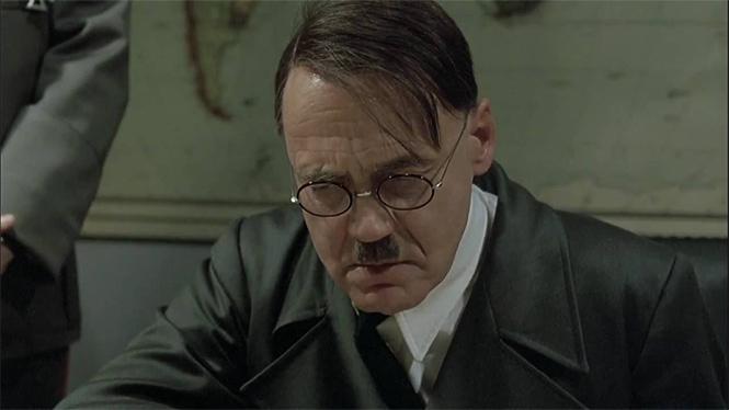 Фото №1 - Дизайнер сумок по ошибке сделал из Гитлера и бренд, и тренд!