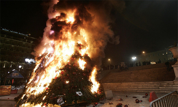 Фото №7 - Елочка, зажгись! 14 фотографий новогодних разрушений