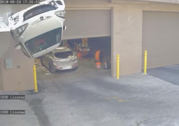 Фото №1 - Нога водителя застряла между педалями, и машина упала со второго этажа парковки. Видео