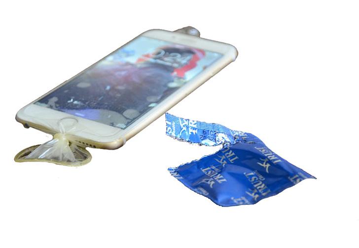 Фото №3 - Солдаты НАТО прячут телефоны в презервативы и прыгают в воду, а виноваты во всем опять российские хакеры!