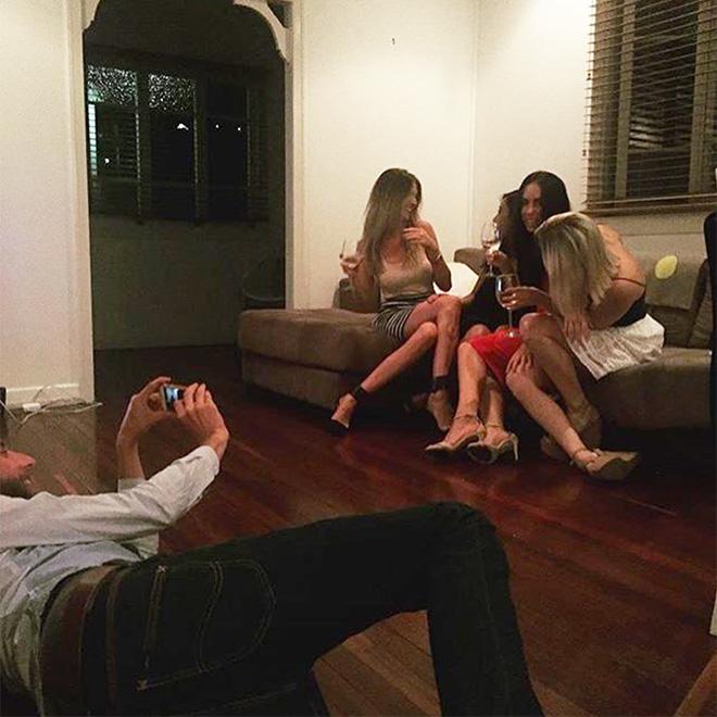 Фото №2 - Очень смешной аккаунт «Бойфренды Инстаграма» про страдания мужчин, фотографирующих своих девушек