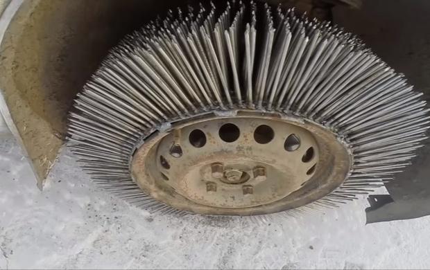 Фото №1 - Мужики приварили автомобилю 3 000 гвоздей вместо покрышек и попробовали прокатиться (видео)