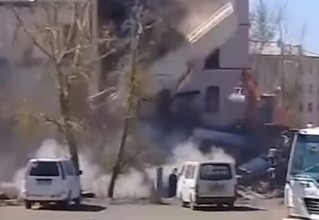 Стена эпично рухнула на экскаватор, который ее сносил (видео очевидца)