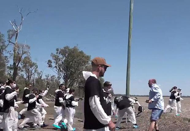 Фото №1 - 150 веганов вломились протестовать на частную территорию фермера, но полиция была на его стороне (видео)