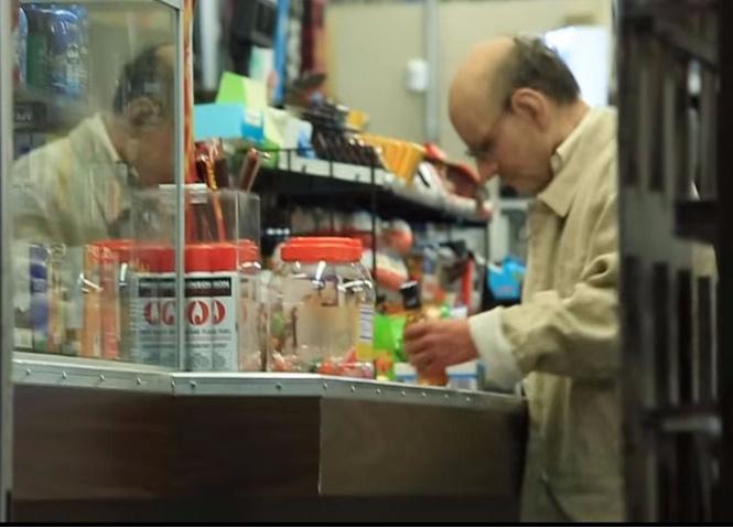 15-летний парень ловко выдал себя за дряхлого деда, чтобы купить спиртное (ВИДЕО с секретом)