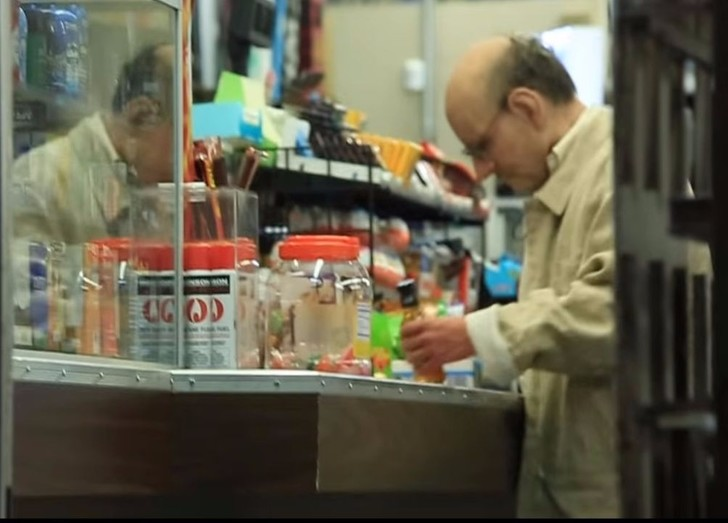 Фото №1 - 15-летний парень ловко выдал себя за дряхлого деда, чтобы купить спиртное (ВИДЕО с секретом)
