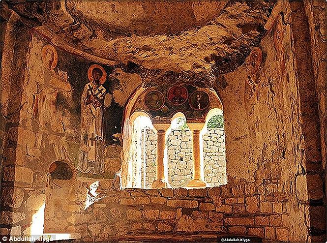 Фото №1 - Найдена могила Санта-Клауса!