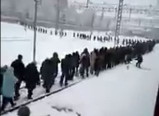 В пути сломалась электричка, и десяткам пассажиров пришлось идти в Москву по рельсам (видео)