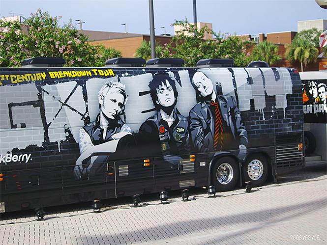 Фото №15 - 25 самолетов и автобусов рок-звезд