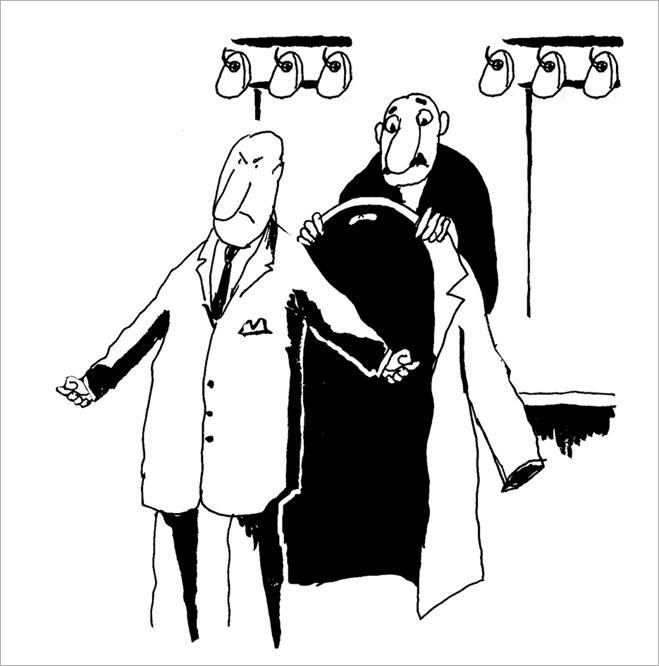 Гардеробщик помогает тебе надеть пальто